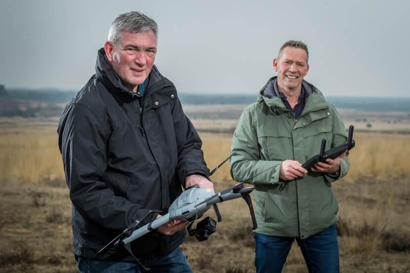 DMO'ers Bart Swanenberg (links) en Tom Kalkhoven met een drone.