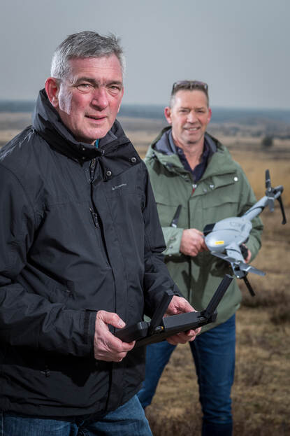 DMO'ers Bart Swanenberg (met afstandsbediening) en Tom Kalkhoven (met drone).